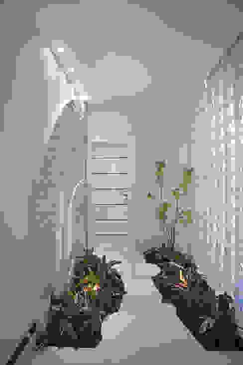 Casa Curvas no Neoclássico Corredores, halls e escadas modernos por Arquiteto Aquiles Nícolas Kílaris Moderno