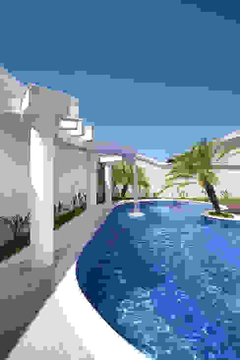 Casa Curvas no Neoclássico Piscinas modernas por Arquiteto Aquiles Nícolas Kílaris Moderno