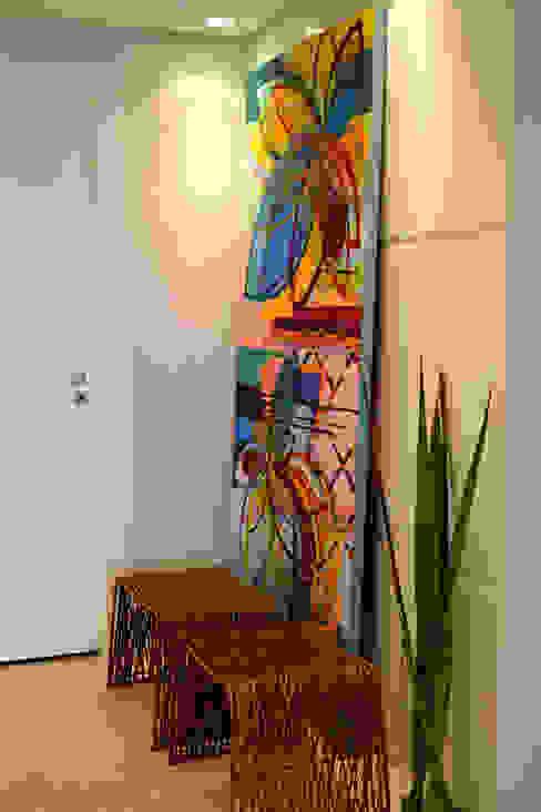 Pasillos y vestíbulos de estilo  por Helô Marques Associados, Moderno