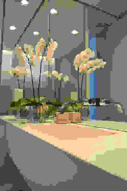 浴室 by Helô Marques Associados, 簡約風