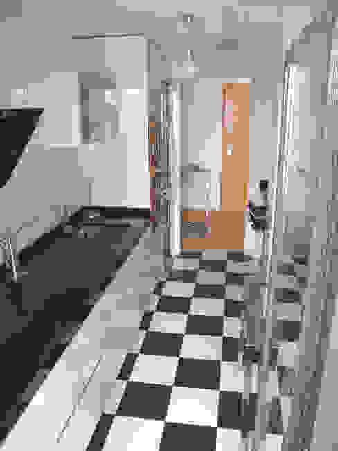 Muebles de cocina con encimera de granito negro Cocinas modernas de Traber Obras Moderno