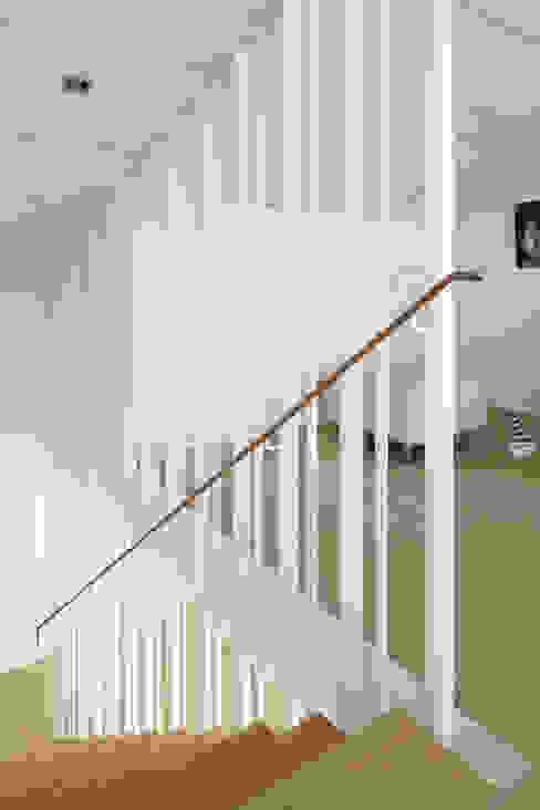 Skandynawski korytarz, przedpokój i schody od Forsberg Architekten AG Skandynawski