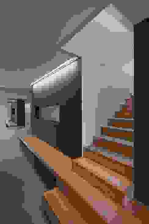 Коридор, прихожая и лестница в модерн стиле от VOMSATTEL WAGNER ARCHITEKTEN ETH BSA SIA Модерн