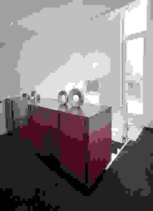 Modern binnen traditionele grenzen MEF Architect Moderne gangen, hallen & trappenhuizen