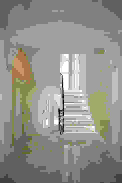 Corredores, halls e escadas clássicos por Студия интерьера 'SENSE' Clássico