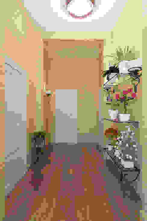 Pasillos, vestíbulos y escaleras clásicas de Студия интерьера 'SENSE' Clásico