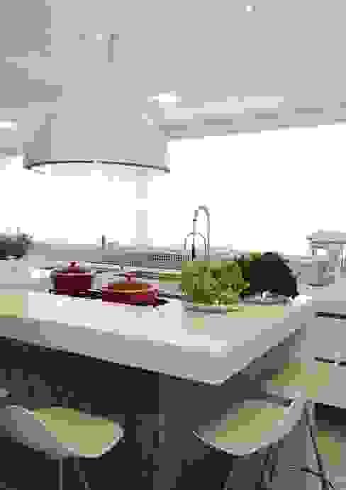 Moderne Küchen von ROMERO DUARTE & ARQUITETOS Modern