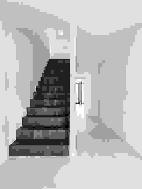 Treppe zu OG Minimalistischer Flur, Diele & Treppenhaus von Dost Minimalistisch