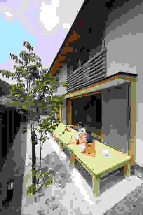くつろぎの縁側 オリジナルデザインの テラス の 芦田成人建築設計事務所 オリジナル
