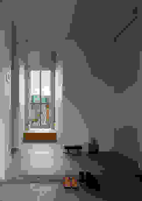 สไตล์ผสมผสาน ทางเดินห้องโถงและบันได โดย 水野純也建築設計事務所 ผสมผสาน