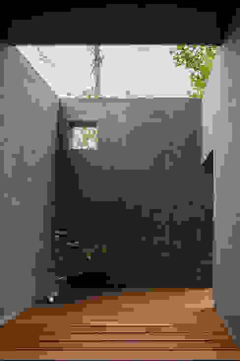 奈坪の家 / House in Natsubo オリジナルデザインの テラス の 水野純也建築設計事務所 オリジナル