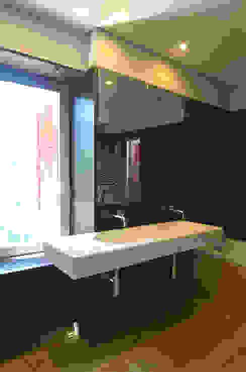 Casa de Banho 01: Casas de banho  por Germano de Castro Pinheiro, Lda,