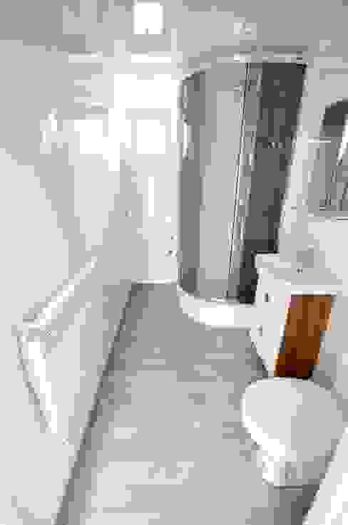 Domek mobilny 12x4m w stylu Skandynawskim Klasyczna łazienka od Letniskowo.pl Sp. z o.o. Sp.k. Klasyczny
