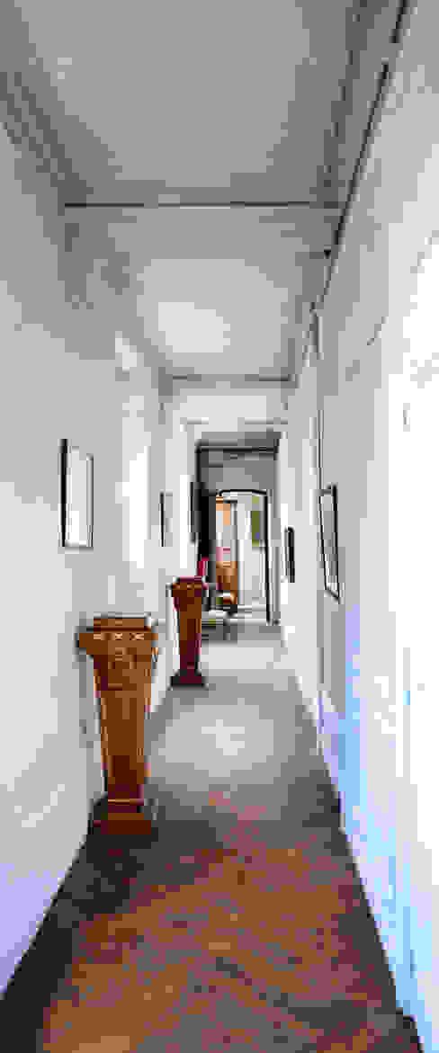 Une maison de maître dans l'Ain Couloir, entrée, escaliers classiques par le songe du miroir photographe Classique