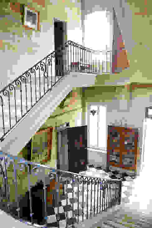Corredores, halls e escadas clássicos por le songe du miroir photographe Clássico