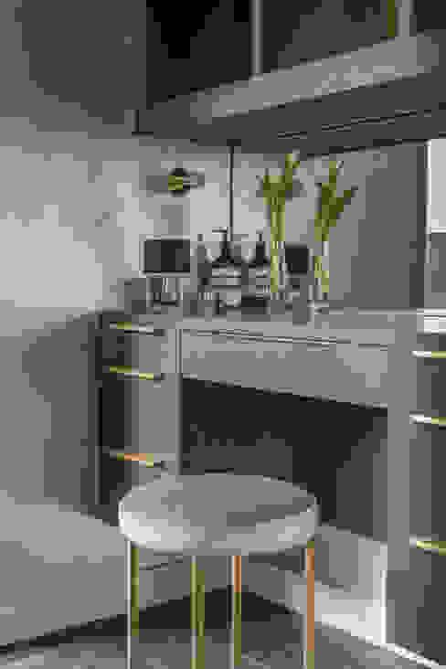 Private Residence, Surrey Spogliatoio in stile classico di Nice Brew Interior Design Classico