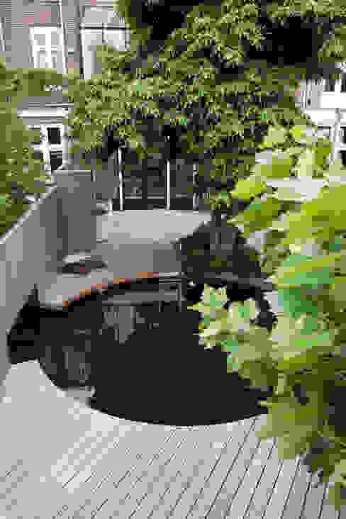 Moderne stijlvolle stadstuin in centrum Haarlem:  Tuin door Biesot,