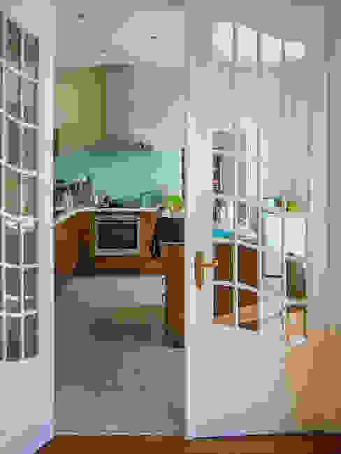Die alten Jugendstiltüren mit Blick in die neue Küche aus Massivholz architektur. malsch - Planungsbüro für Neubau, Sanierung und Energieberatung Klassische Küchen