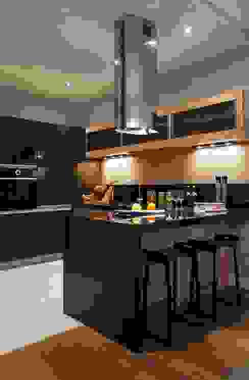 Идеальный фон (ЖК Авеню77) : Кухни в . Автор – White & Black Design Studio,