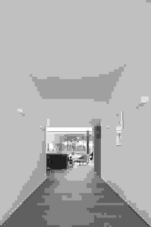 Pasillos y vestíbulos de estilo  por RRJ Arquitectos,