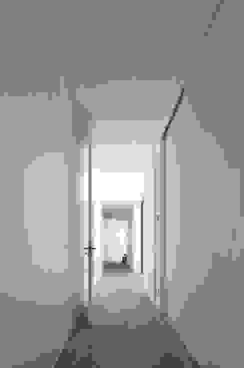 Pasillos y vestíbulos de estilo  por RRJ Arquitectos, Moderno