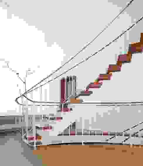 Gartenvilla Bergisch-Gladbach Moderner Flur, Diele & Treppenhaus von Bachmann Badie Architekten Modern