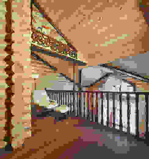 Внутренний балкон Коридор, прихожая и лестница в стиле кантри от Архитектурная студия 'Солнечный дом' Кантри