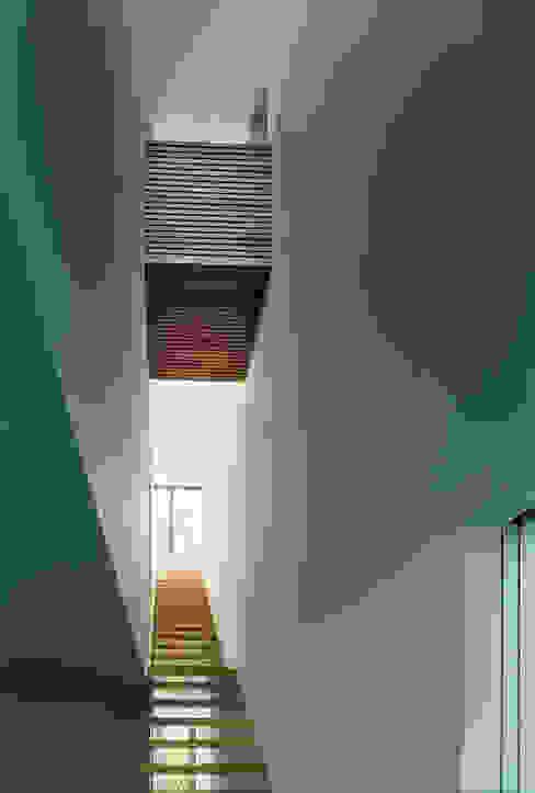 미니멀리스트 복도, 현관 & 계단 by Helm Westhaus Architekten 미니멀