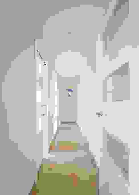 Distribuidor Pasillos, vestíbulos y escaleras de estilo mediterráneo de LLIBERÓS SALVADOR Arquitectos Mediterráneo