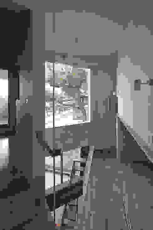 2階の階段からクスの木の方向を見る、左が寝室、右が子供スペース: 宮武淳夫建築+アルファ設計が手掛けた廊下 & 玄関です。,オリジナル