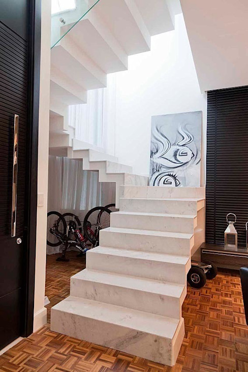 ANDRÉ PACHECO ARQUITETURA Modern corridor, hallway & stairs