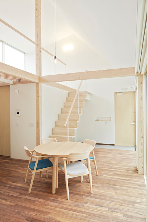 Salones de estilo minimalista de 白砂孝洋建築設計事務所 Minimalista