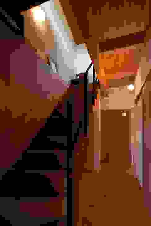 Pasillos y vestíbulos de estilo  de 宇佐美建築設計室, Clásico