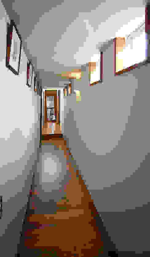 ギャラリー(廊下): 遠藤浩建築設計事務所 H,ENDOH  ARCHTECT  &  ASSOCIATESが手掛けた廊下 & 玄関です。,モダン