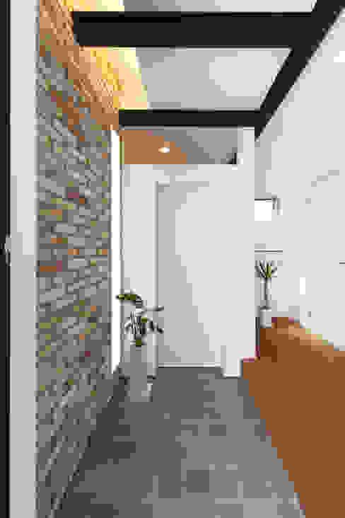 隨意取材風玄關、階梯與走廊 根據 株式会社トランスデザイン 隨意取材風
