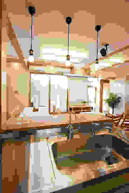 厨房より食堂を見る モダンな キッチン の 遠藤浩建築設計事務所 H,ENDOH ARCHTECT & ASSOCIATES モダン