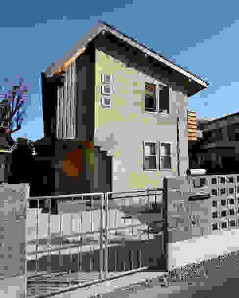 ゲートから西側ファサードを見る モダンな 家 の 遠藤浩建築設計事務所 H,ENDOH ARCHTECT & ASSOCIATES モダン