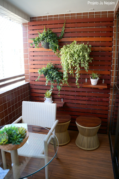 Ju Nejaim Arquitetura Modern style balcony, porch & terrace