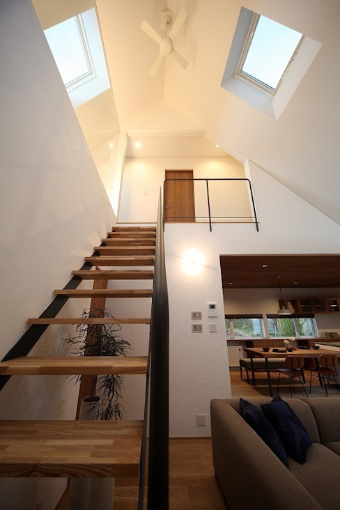 自然の中の三角屋根の家 / zuiun zuiun建築設計事務所 / 株式会社 ZUIUN モダンスタイルの 玄関&廊下&階段