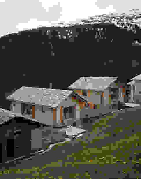 Zwei Häuser in Leis -Vals, CH Moderner Garten von Simona Pribeagu Schmid, dipl. Architektin AAM Modern