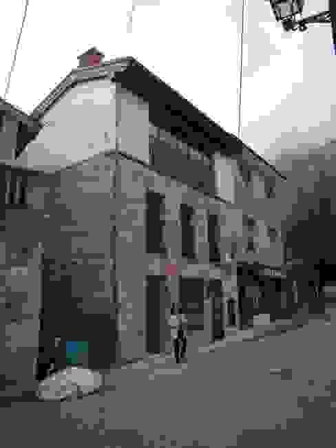 Fachada delantera Casas de estilo ecléctico de ESTUDIO DE ARQUITECTURA 4TRAZOS Ecléctico