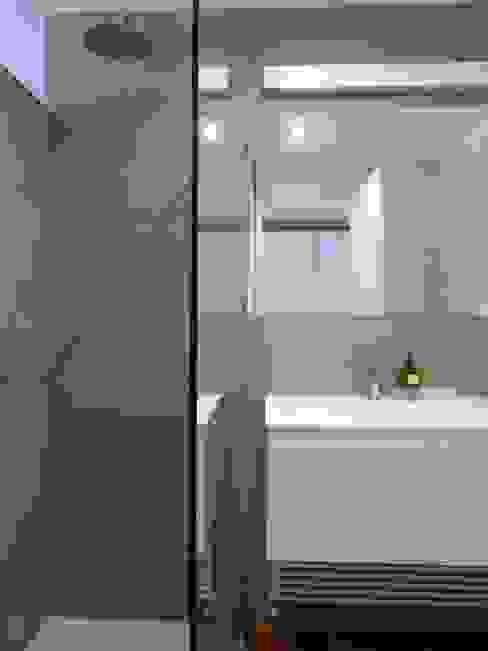 Baños minimalistas de gk architetti (Carlo Andrea Gorelli+Keiko Kondo) Minimalista