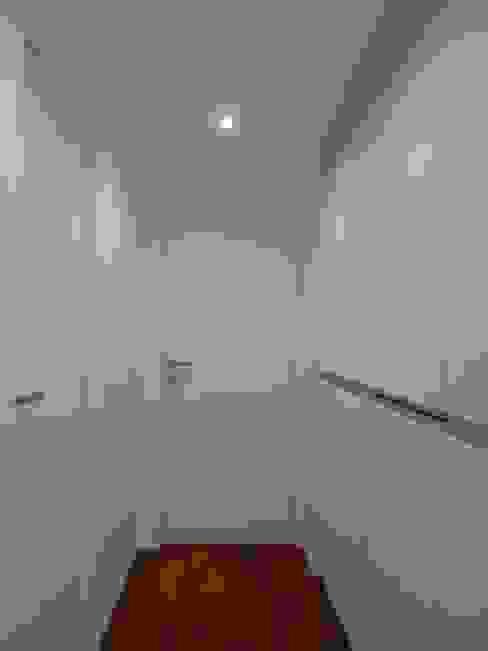 Pasillos, vestíbulos y escaleras minimalistas de gk architetti (Carlo Andrea Gorelli+Keiko Kondo) Minimalista