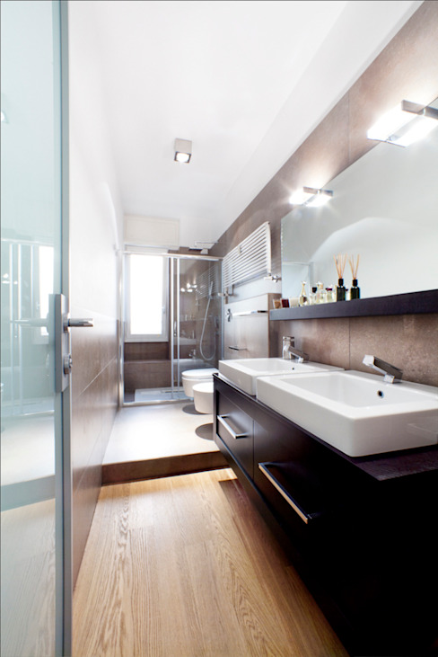 Modern bathroom by 23bassi studio di architettura Modern Ceramic