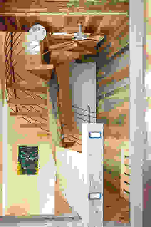 Vestíbulos, pasillos y escaleras de estilo  por RI-NOVO ,