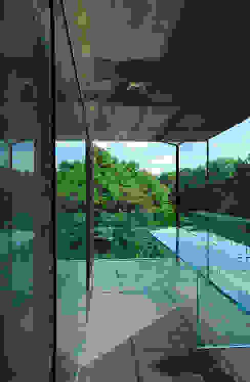 Glass desk - study with views Minimalist study/office by Eldridge London Minimalist Glass