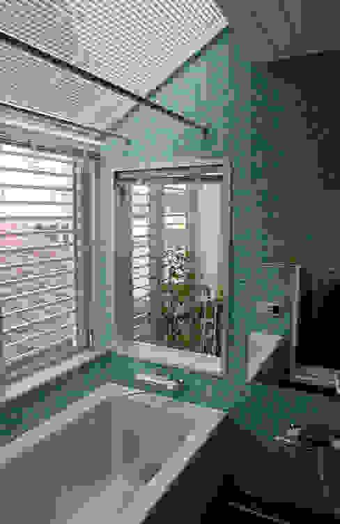 光の庭に隣り合わせの浴室です モダンデザインの テラス の 加藤將己/将建築設計事務所 モダン