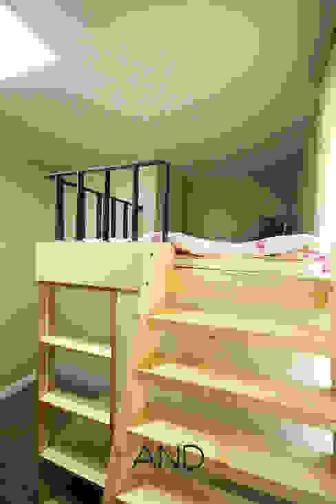 Nursery/kid's room by 앤드컴퍼니, Modern