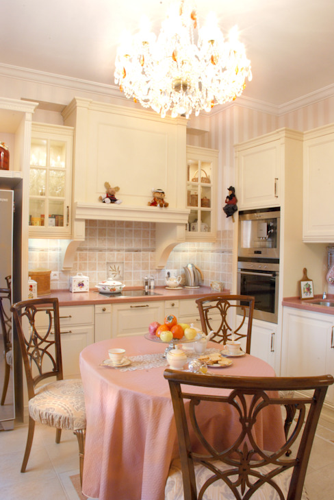 Цвета чайной розы Кухня в классическом стиле от D&T Architects Классический