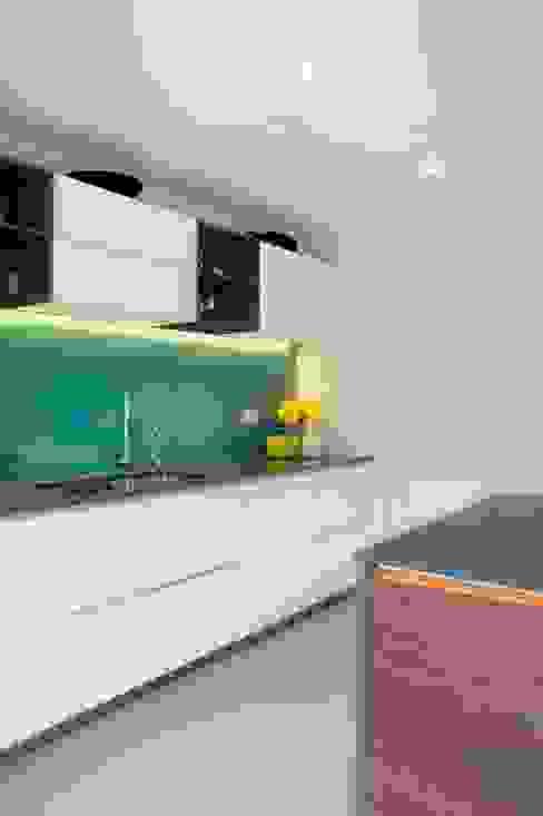 Contemporary Kitchen in Walnut and White Glass Nowoczesna kuchnia od in-toto Kitchens Design Studio Marlow Nowoczesny